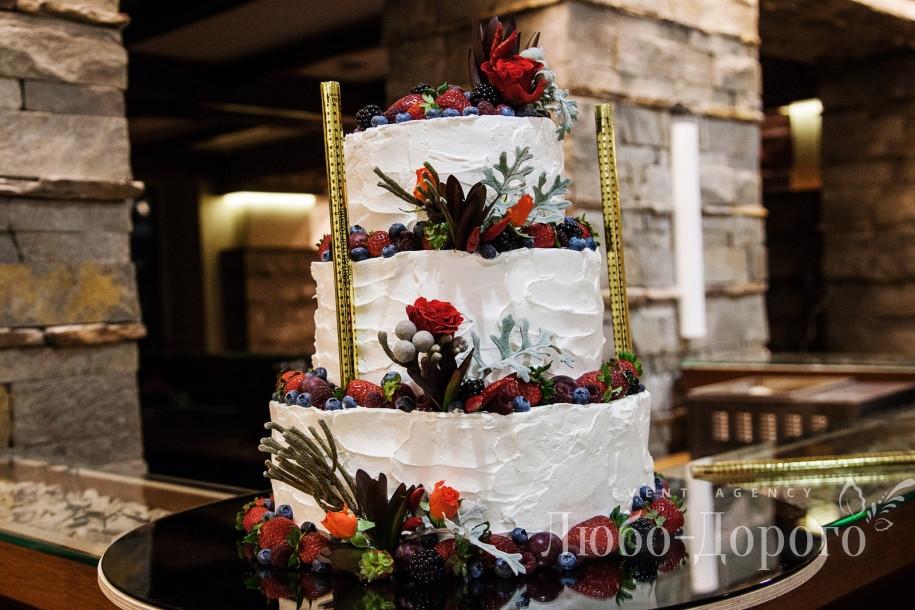 Свадебный торт на зимней свадьбе